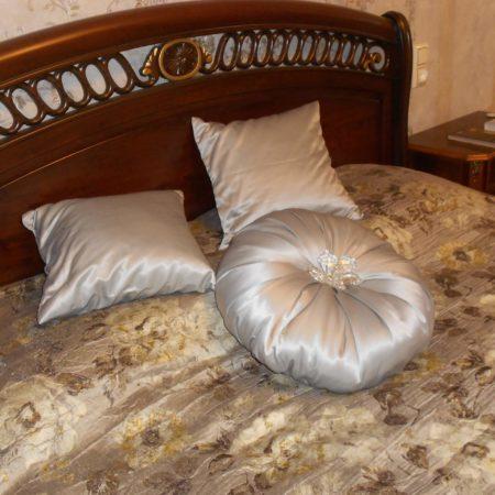 готовые шторы для спальни подушки